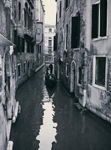 gondola-in-un-canale-a-Venezia